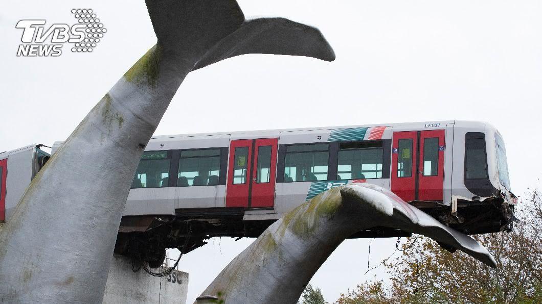 荷蘭捷運出軌幸運被裝置藝術接住。(圖/達志影像美聯社) 捷運失控出軌懸半空 「鯨魚尾巴」接住車頭救命立功