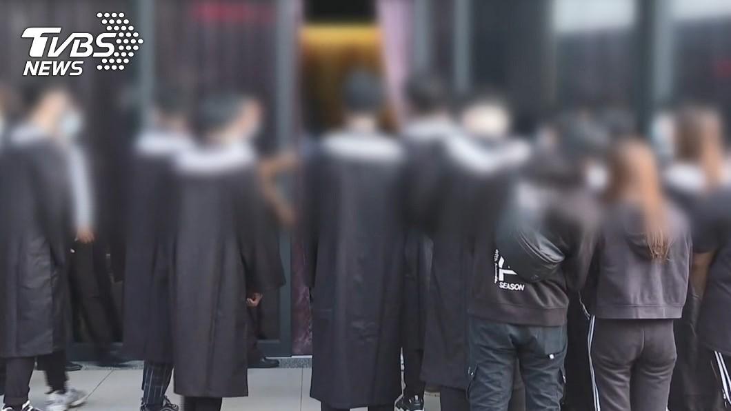 同學換學士服淚送女大生最後一程。(圖/TVBS) 陪妳畢業!女大生今火化 同學換學士服淚送最後一程