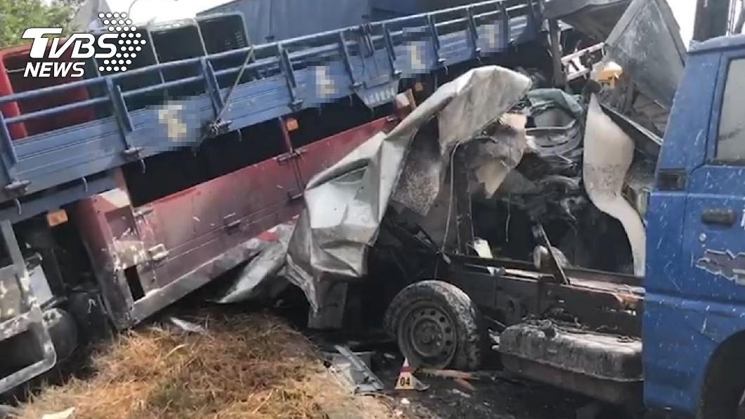 該起連環車禍造成1死3傷。(圖/TVBS) 國道5車連環撞!小客車遭「貨車壓扁」1死 回堵4km
