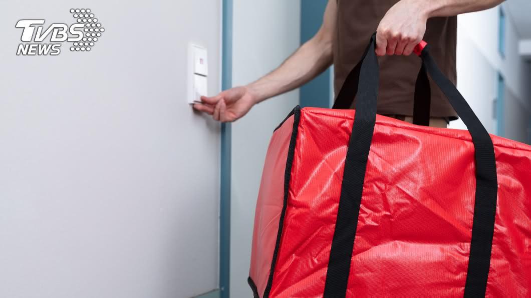 一名外送員在送餐時遇到男女爭執現場,讓她當場愣住。(示意圖/Shutterstock達志影像) 外送按門鈴「女客衝出求救」 遭男拉扯爆爭執:快報警