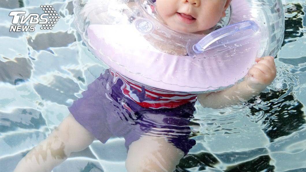大陸一名滿月嬰兒在游泳時缺氧窒息。(示意圖/Shutterstock達志影像) 滿月嬰「戴脖圈游泳」家人緊盯 慘遭勒脖窒息雙親心碎
