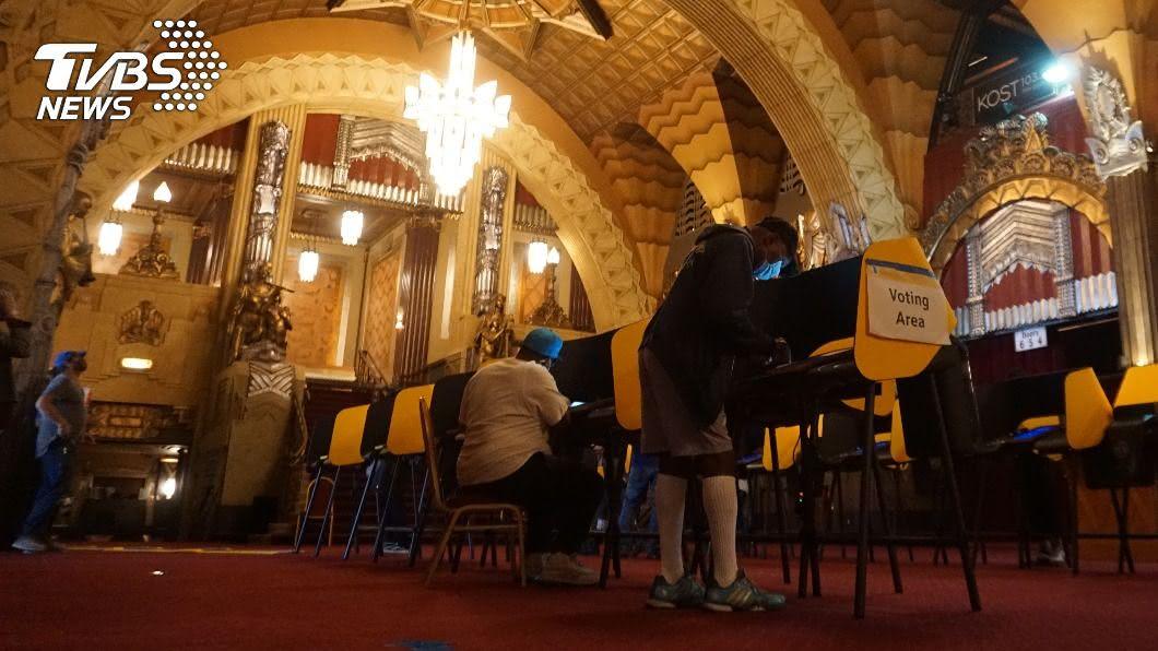 (圖/中央社) 洛杉磯老劇院變投票所 精品大道封街防暴動