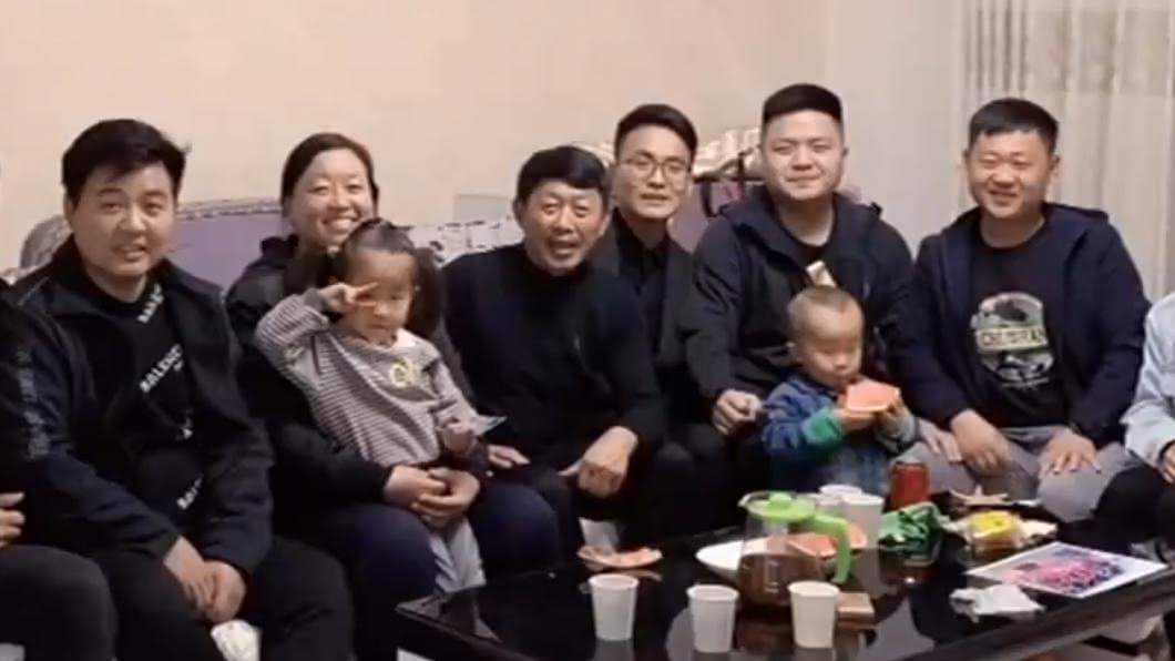 (圖/翻攝自微博/央視新聞) 兒車禍亡「友代盡孝8年」 夫婦淚擁孩:不再孤單了