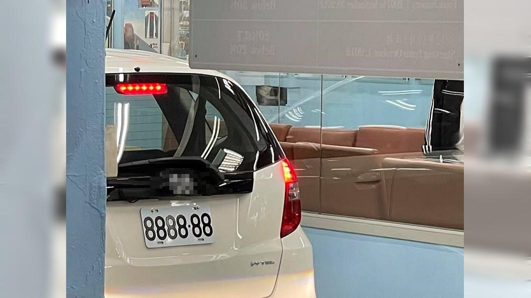 網友路上驚見超黃金車牌。(圖/翻攝自臉書社團「爆廢1公社」) 日系車掛牌「8888-88」現身 網驚:牌比車貴5倍