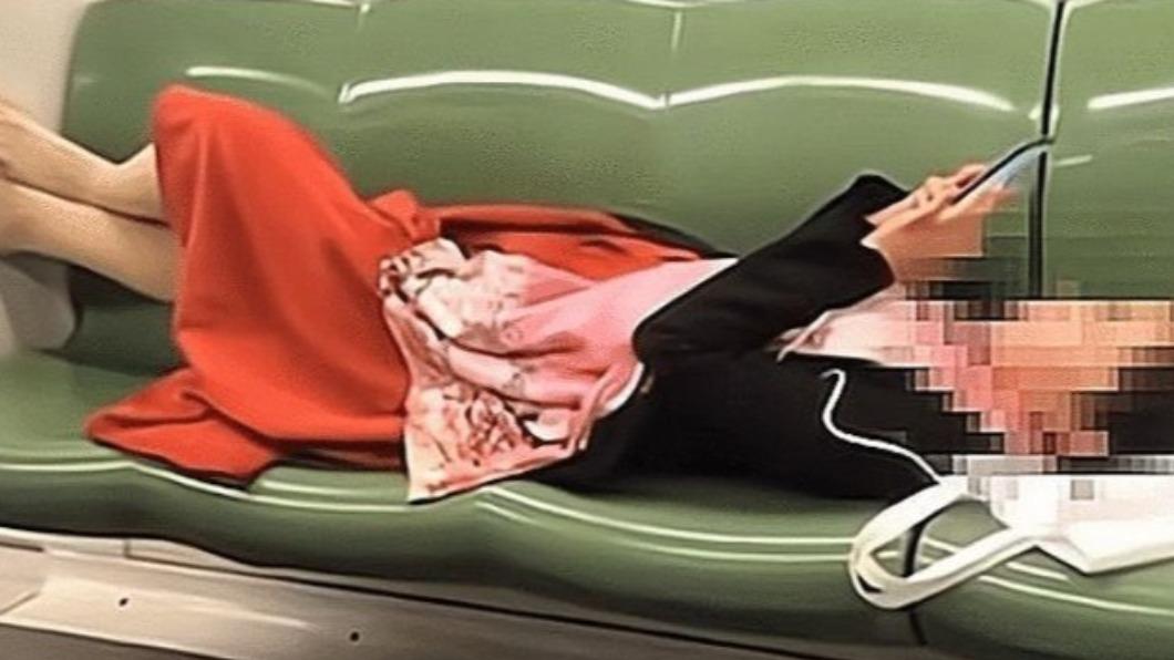 大陸一名女子地鐵內的離譜行徑引發討論。(圖/翻攝自網易) 女地鐵「脫鞋摳牙」占4位 站務未阻止網轟太不像話
