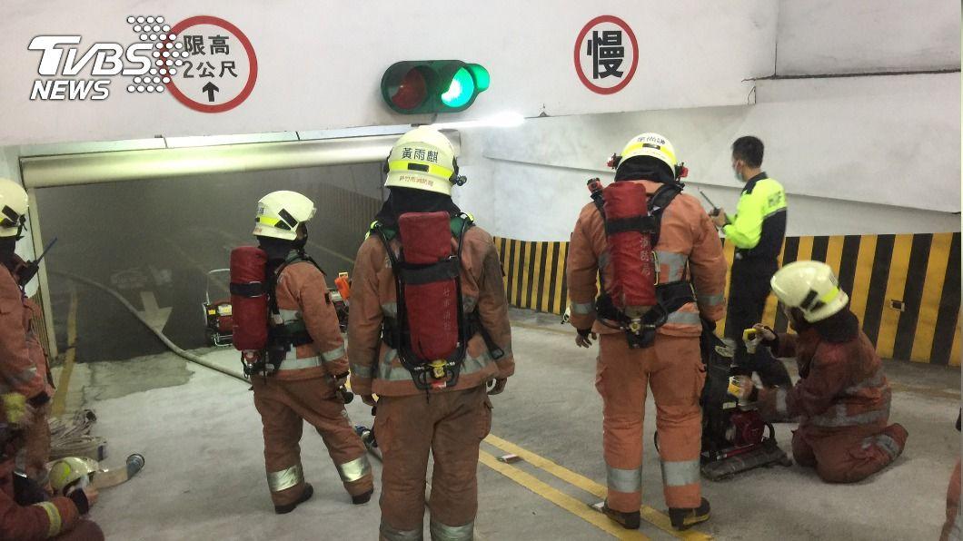 (圖/中央社) 竹市科技園區地下室火燒車 近500員工緊急疏散