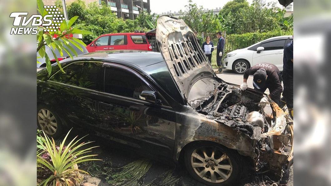 台南今年8月傳火燒車案。(圖/警方提供) 台南警爆重大違紀!涉投資賭博電玩 捲債務糾紛放火燒車