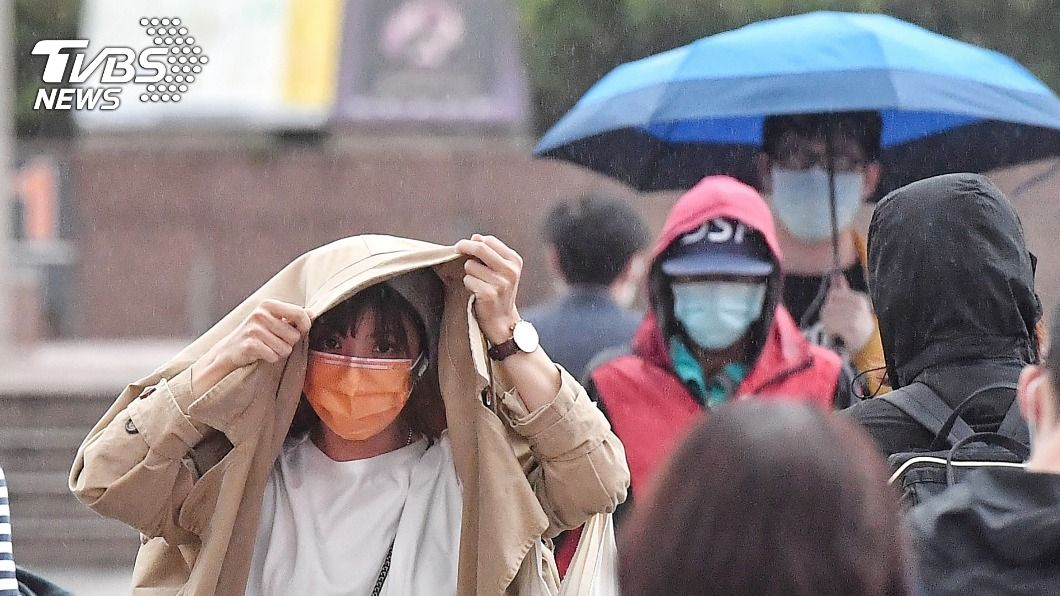 東北風增強,北部會有短暫陣雨。(圖/中央社) 出門帶傘!閃電颱風遠離 東北風增強北台灣防大雨