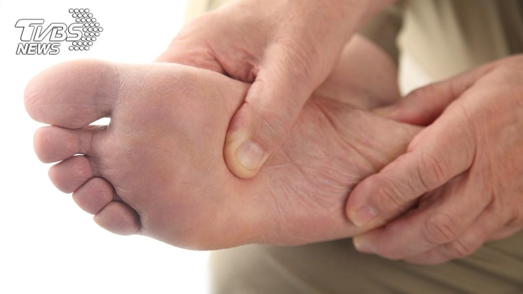 「莫頓神經瘤」用力壓會痛,還有咕嚕咕嚕的聲音。(示意圖/shutterstock 達志影像) 腳底腫塊採到就痛 醫揭4招預防「莫頓神經瘤」