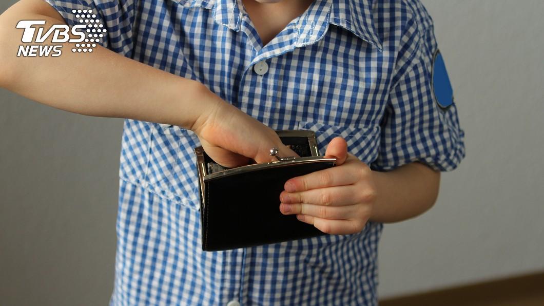 部分孩子有偷竊惡習。(示意圖,與當事人無關/shutterstock達志影像) 12歲男孩偷手機 父「不願兒學壞」怒抽2小時活活打死