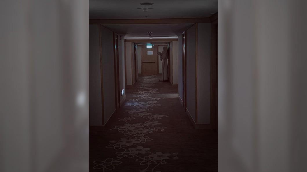 (圖/翻攝自臉書社團「靈異公社」) 深夜回飯店撞「鬼修女」 男勇敢拍照爆恐怖真相