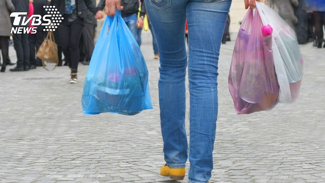 女子因不滿塑膠袋要收1元,掌摑女店員。(示意圖/shutterstock 達志影像) 拒付1元塑膠袋!女子怒「掌摑」店員下場出爐
