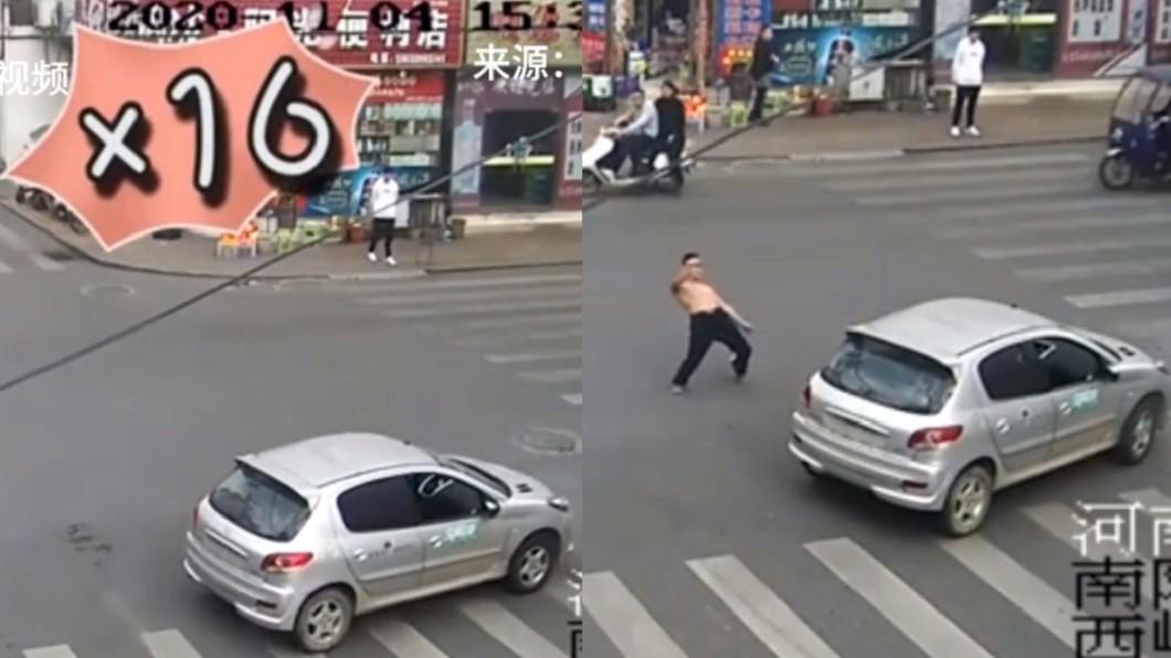 男子酒駕大鬧十字路口還當街打醉拳。(圖/翻攝自新華網微博) 男酒駕路口狂轉16圈險撞人 下秒竟下車「打醉拳」