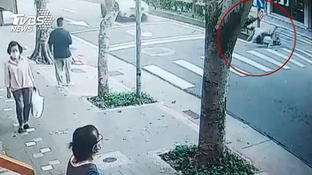 男違規丟垃圾被發現,緊急逃跑遭撞亡。(圖/TVBS) 男亂丟垃圾逃跑遭撞亡!家屬控稽查員害命 環保局回應了