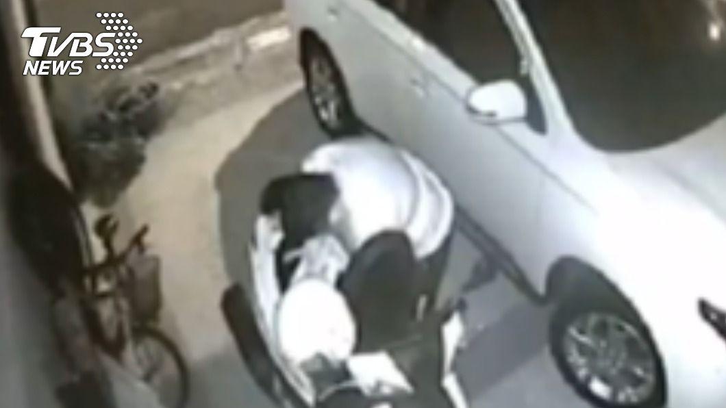 苗栗近期出現專竊車內財物的小偷。(圖/TVBS) 小偷行徑超大膽無視家中有人 仍闖民宅行竊過程全都錄