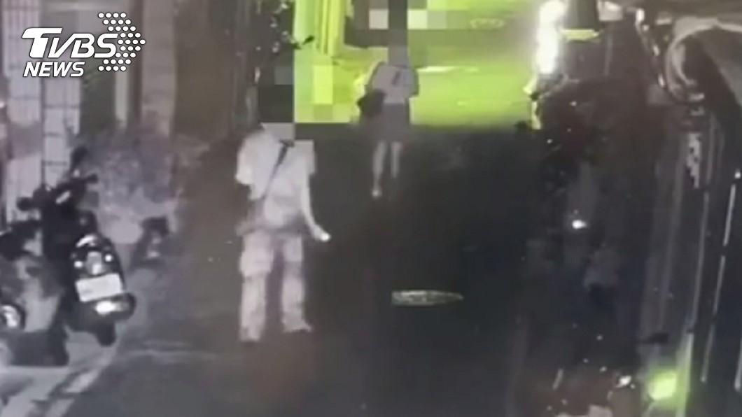 游女當晚下班後獨自返家的路上,碰巧遇到喝醉酒的黃男,因此產生疑似跟蹤的誤會。(圖/TVBS) 女發文控被尾隨 警察找上門...醉男嘆:只是看一眼