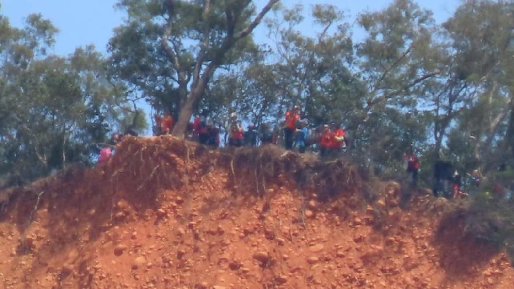 (圖/翻攝自苑裡串起來臉書) 才爆墜崖意外 火炎山整群遊客「緊靠懸崖」驚險畫面曝