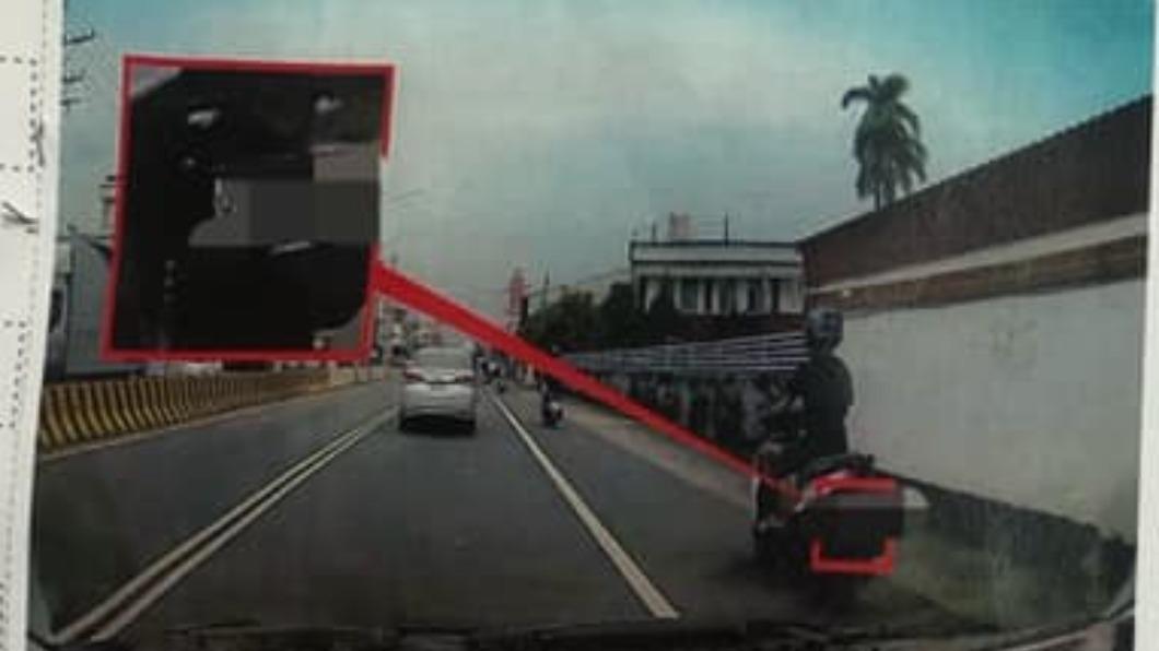 騎士遭拍照檢舉「任意駛出邊線」。(圖/翻攝自臉書社團「爆怨2公社」) 靠內被車叭、靠外遭檢舉 機車族集體崩潰:到底該騎哪?