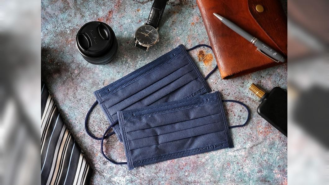 萊潔推出新款特殊色丹寧藍口罩。(圖/萊禮生醫提供) 沉穩時尚感爆棚 雅痞「丹寧藍」醫療口罩玩色登場