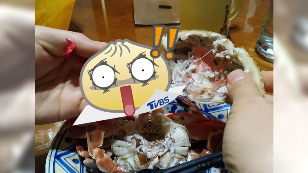 (圖/翻攝自爆怨2公社) 嗑螃蟹咬滿嘴「紅色塑膠碎片」? 網驚:食物鏈終極回收