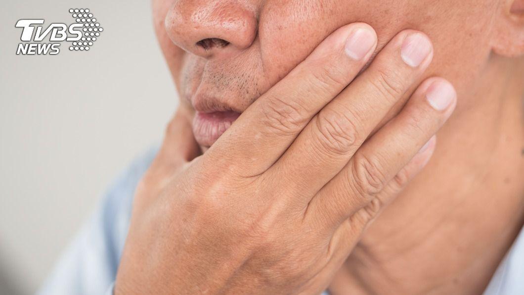 中年男子下巴突劇痛,檢查發現罹癌。(示意圖/shutterstock 達志影像) 男下巴痛如「萬根針扎」 檢查驚見大肉團醫驚:是癌