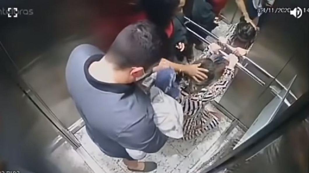 巴西一名孕婦連去2次醫院都沒生,沒想到返家後進入電梯才一分鐘,孩子就出生了。(圖/翻攝自YouTube) 孕婦送醫2次都沒生 返家進電梯就破水1分鐘產子