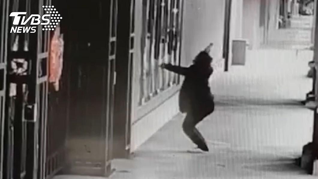 馬姓男子9日到蔡英文的永和寓所潑咖啡。(圖/TVBS) 男子赴總統永和寓所社區潑咖啡 遭逮後強制送醫