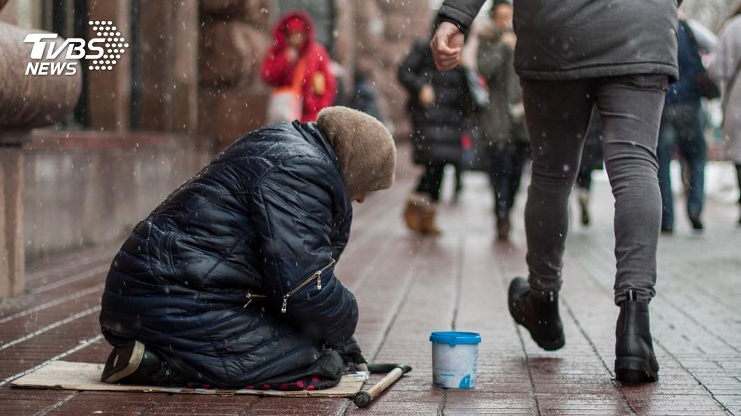 香港街頭出現一名80多歲的老婆婆行乞,不少人見狀同情給物資捐錢,不料一查她竟是有錢人。(示意圖/shutterstock 達志影像) 日乞討8小時靠救濟住垃圾屋 80歲嬤是千萬「炒樓王」