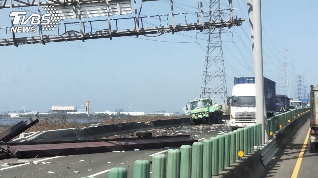 西濱快速道路發生車禍。(圖/TVBS) 西濱快速道路2車相撞 聯結車摔橋下駕駛下落不明