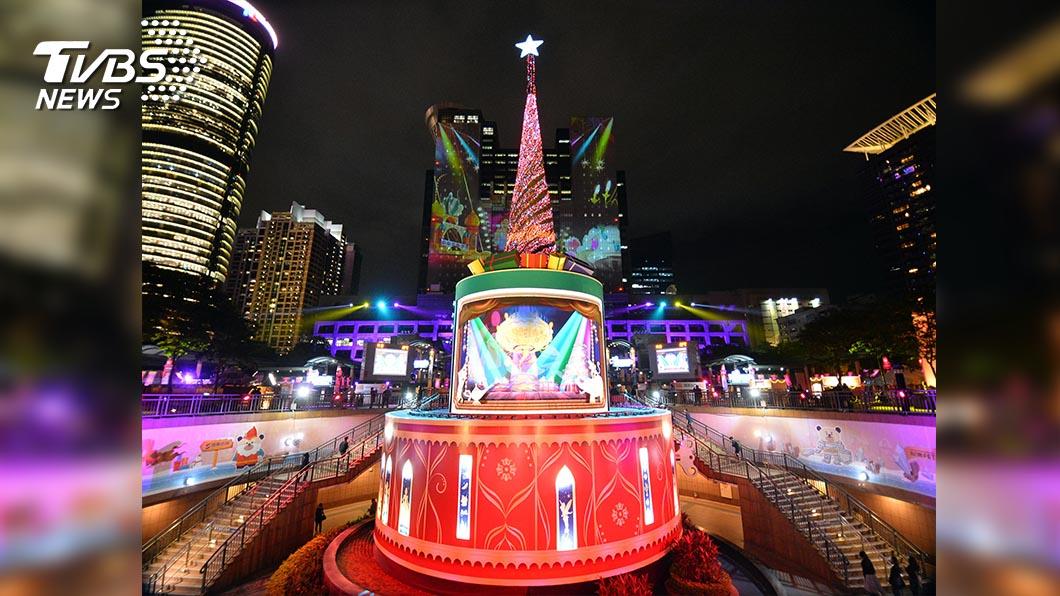 圖/新北市觀光局提供 2020新北歡樂耶誕城 迪士尼主題燈區搶先看 「迪士尼主題3D光雕」投影市府大樓