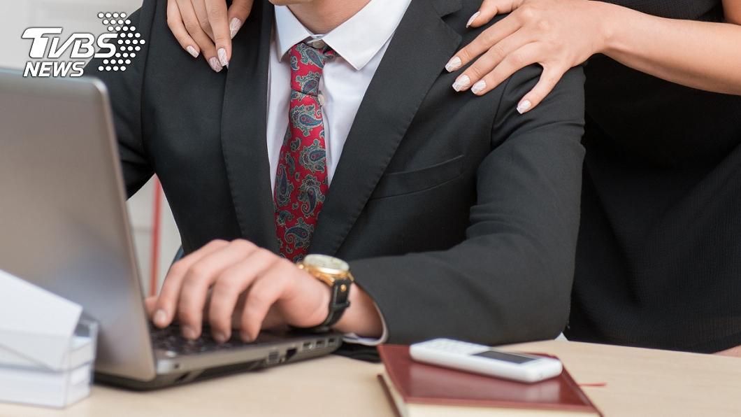 丈夫偷吃大15歲女同事長達5年時間。(示意圖/shutterstock 達志影像) 尪偷腥「姐姐」5年 孕妻怒:胎兒有你的基因真噁
