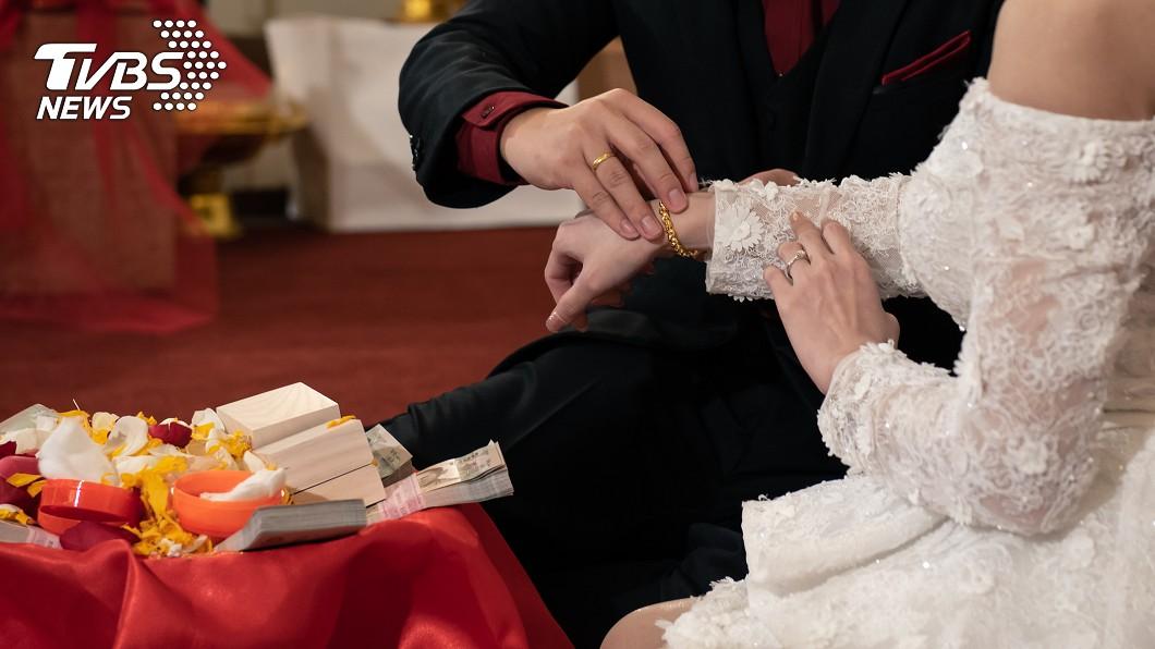 父親深怕嫁妝沒湊齊,女兒嫁過去會被婆家欺負。(示意圖,與當事人無關/shutterstock達志影像) 湊不出50萬嫁妝 父遭婆家嫌窮「女兒婚禮前」走絕路亡