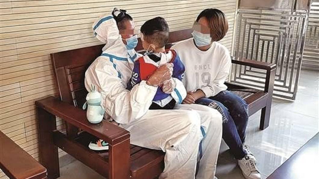父子緊緊相擁。(圖/翻攝自《中國新聞網》) 3歲兒癌末快死了 父酒駕入獄「淚抱懺悔」:要等爸回來