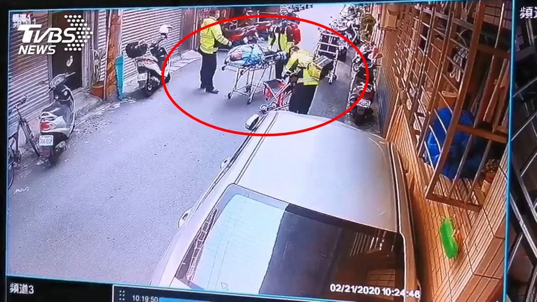 丈夫發狠殺妻35刀。(圖/TVBS) 尪刺妻35刀「伴屍十小時」 見兒返家冷回:我殺了你媽