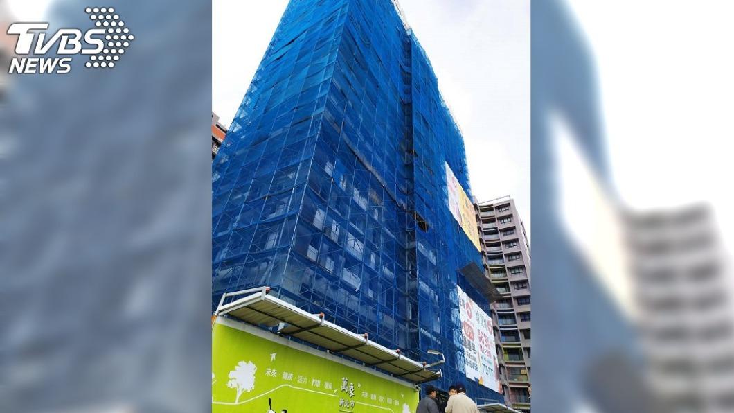 淡水驚傳工安意外,45歲男工人墜樓亡。(圖/TVBS) 淡水建案驚傳工安意外 男工人8樓直墜B3當場亡