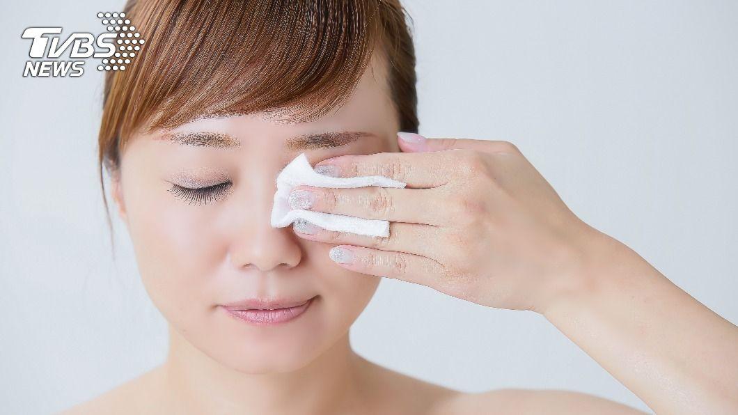 睫毛根部沒卸乾淨,容易導致乾眼症。(示意圖/shutterstock達志影像) 眼睛常乾澀、有異物感? 4種人當心「乾眼症」找上門
