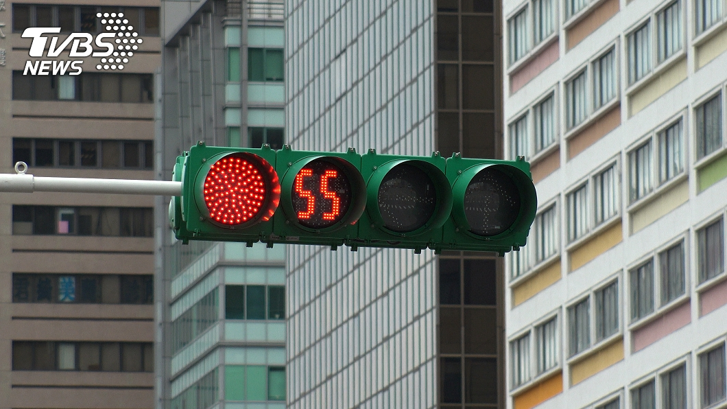 與事件無關。(示意圖/shutterstock達志影像) 男騎士躲樹蔭等紅燈 警一查慘爆「6千元瞬間飛了」