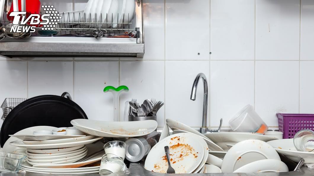 媳婦被迫每天清晨5時起床做家務。(示意圖/Shutterstock達志影像) 逼臨盆媳5點起床打掃!婆婆威脅離婚「滾回娘家」尪狂睡