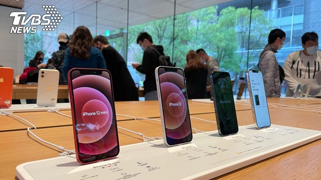 iPhone 12系列第2波開賣。(圖/中央社) iPhone 12系列第2波開賣 排隊人數勝首波