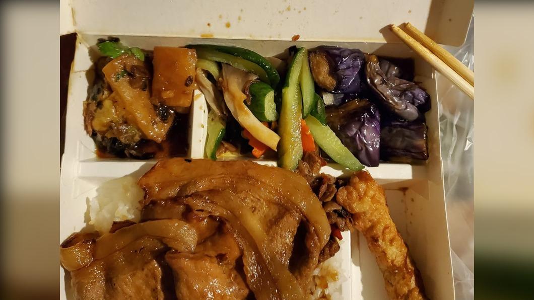 網友挑選三樣配菜卻被嫌噁心。(圖/翻攝自爆怨2公社) 自助餐挑選3配菜 女慘遭嫌「噁心、有病」氣炸