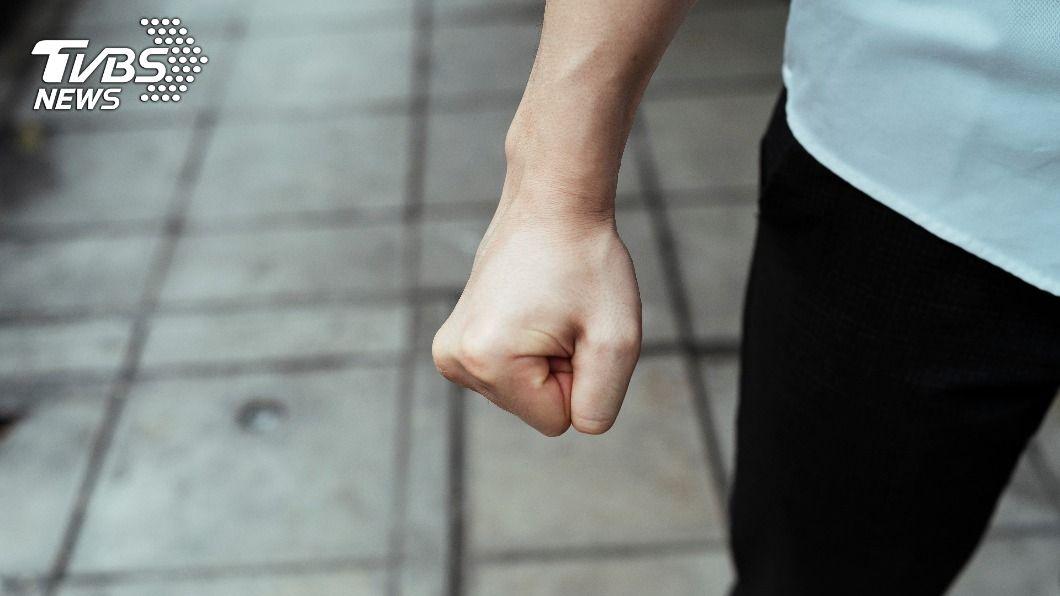 七旬翁懷疑女友劈腿,憤而攻擊致死。(示意圖/shutterstock達志影像) 懷疑小16歲女友劈腿 七旬翁醋勁大發埋伏行凶狠捅