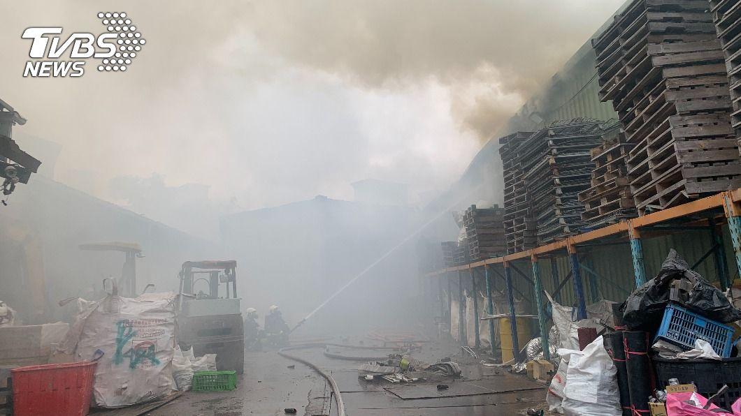 新北一資源回收場中午發生火警。(圖/中央社) 新北中和資源回收場火警 無人傷亡原因待查
