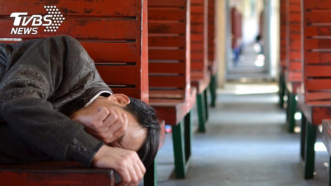 有民眾在搭乘火車時昏厥抽搐、口吐白沫。(示意圖/shutterstock 達志影像) 車廂內昏厥口吐白沫 中醫師急拿「別針」放血搶命
