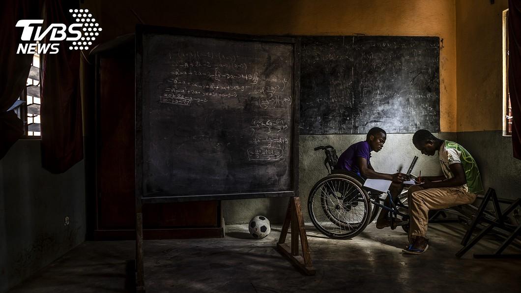 第一屆ColorPro國際攝影大賽首獎, 西班牙攝影師 Antonio Aragon Renuncio 以照片呈現友愛與陪伴的善良本質。(圖/ViewSonic提供) 被遺棄的西非孩子們 他拍下「蛇族」間的純真良善