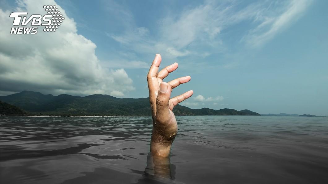 一對不諳水性的新婚夫妻意外溺斃。(示意圖/shutterstock 達志影像) 下週就要結婚…新娘拍婚紗突墜河 新郎跳水救人雙雙溺斃
