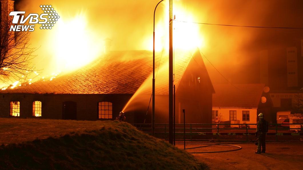 消防員接火警通報,結果火場地址顯示為自己家。(示意圖/shutterstock 達志影像) 火警通報地址顯示自己家 消防員目睹「愛妻慘死」崩潰