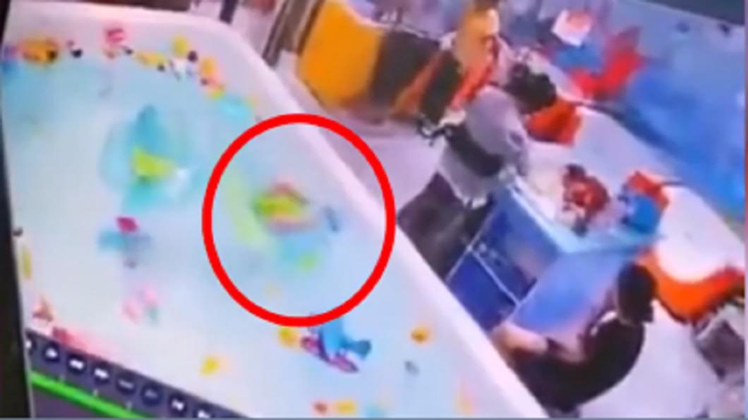 嬰兒溺水3分鐘無人發現。(圖/翻攝自微博) 母狂滑手機 男嬰倒栽溺水「絕望掙扎3分鐘」畫面全都錄