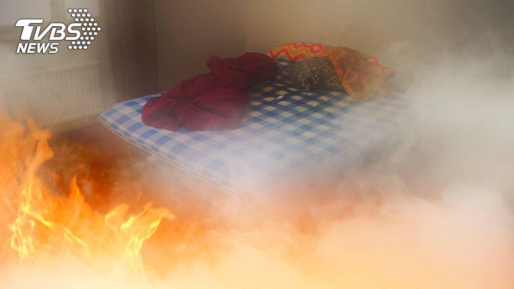 睡前抽菸忘熄滅慘釀悲劇。(示意圖/shutterstock達志影像) 雙親睡著忘熄菸屁股 睜眼身陷火海慘害4兒喪命