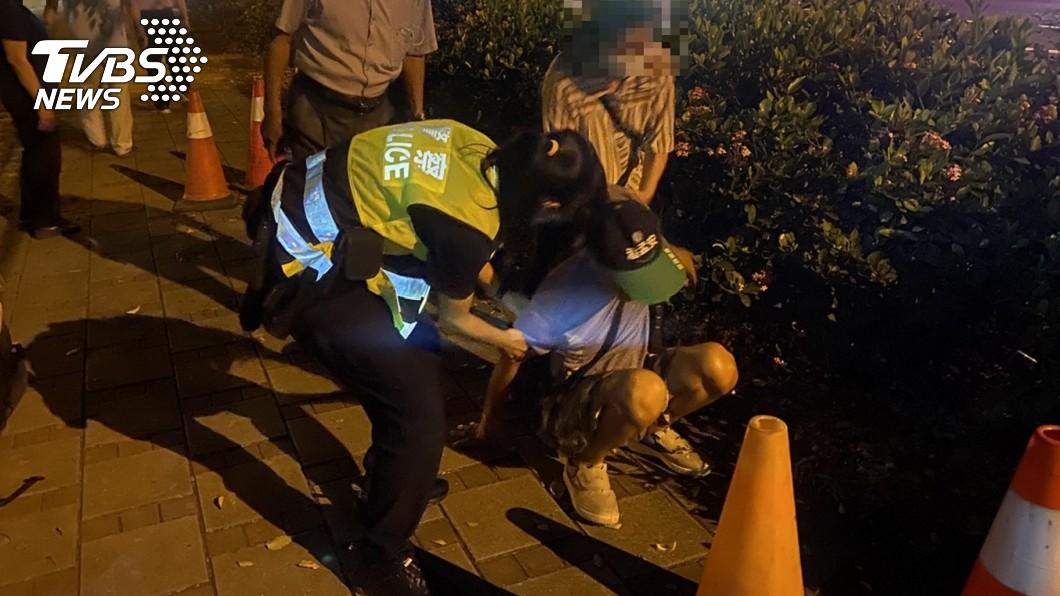 屏東一名失智民眾不慎跌倒坐在原地哭泣。(圖/TVBS) 屏東男獨自跌坐公園爆哭 警聽「催淚原因」暖助返家