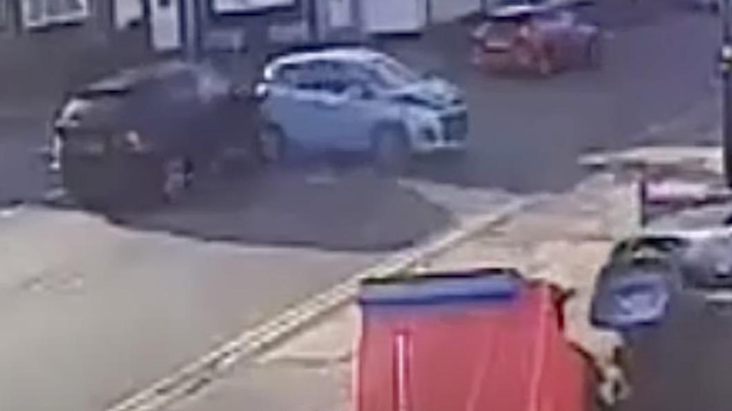 老翁車子突然不受控,連續撞上一旁車輛。(圖/翻攝自SWNS YouTube) 70歲翁腳斷「移不開油門」 失控連撞6次波及4車
